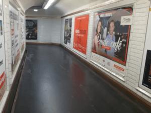写真:パリ・メトロの地下通路