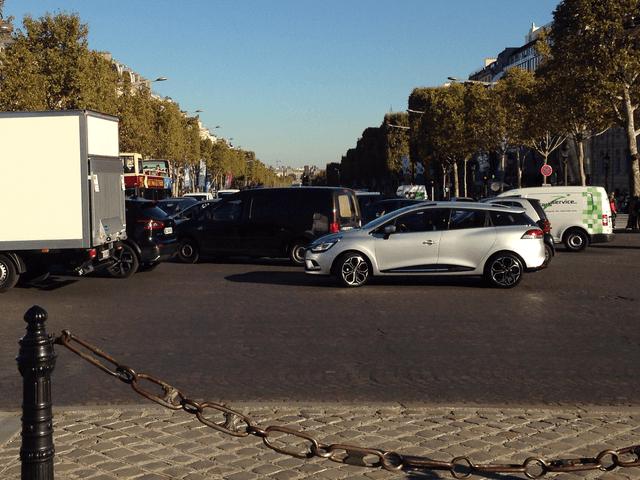 シャルル・ド・ゴール広場から見たシャンゼリゼ通り