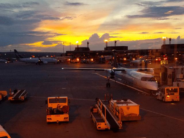 写真:エア・カナダのプロペラ機(カルガリー空港のロビーから)