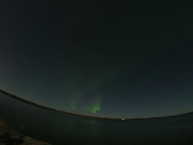 写真:明け方のオーロラ(イエローナイフ・ラッサム島のグレートスレーブ湖畔から)