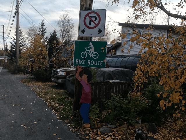 写真:イエローナイフの自転車レーンのおもしろい標識