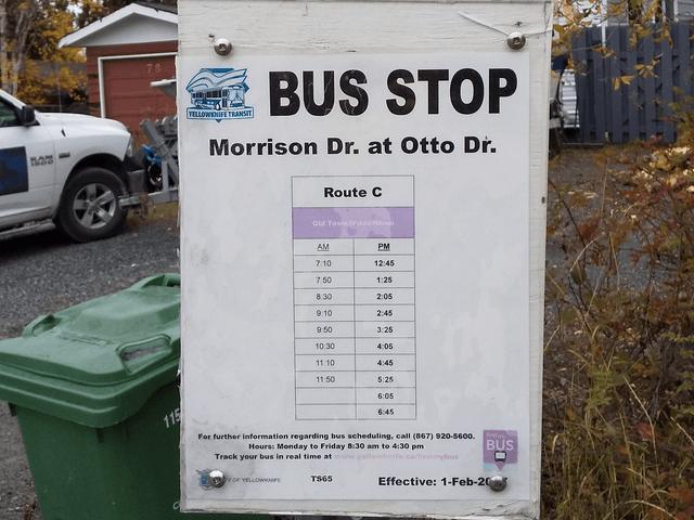 写真:イエローナイフ・モリソンドライブのバス停
