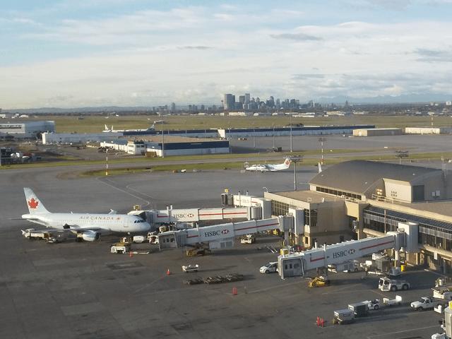 写真: 朝のカルガリー空港(「カルガリーエアポート・マリオット・インターミナルホテル」)から
