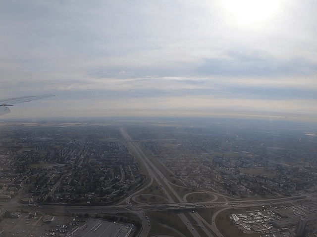 写真:飛行機から見たカルガリー市街地