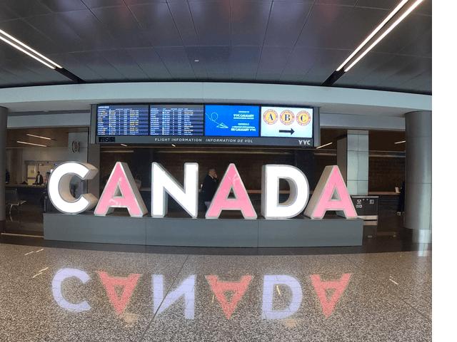 写真:カルガリー空港内の 「CANADA」文字像