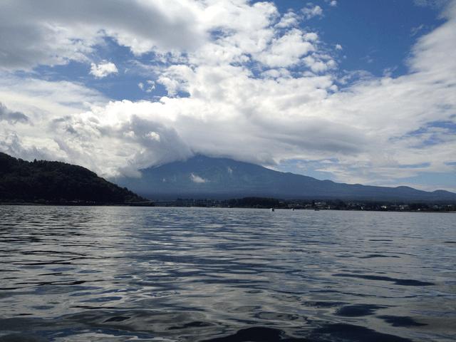 写真:雲に覆われた夏の富士山(河口湖上のボートから)