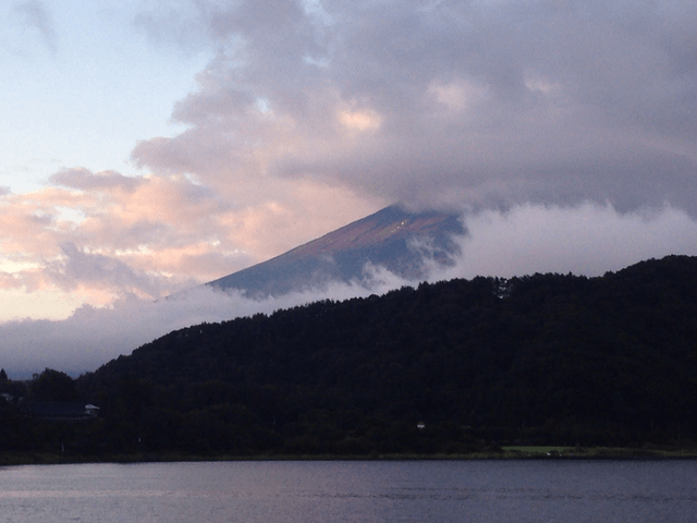 写真:雲で覆われた富士山の山肌(夏)