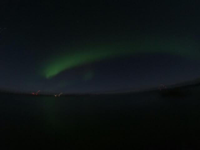 写真:彗星のようなオーロラ(イエローナイフ・ラッサム島のグレートスレーブ湖畔から)