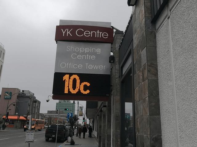 写真:YKセンターの気温表示電光掲示板