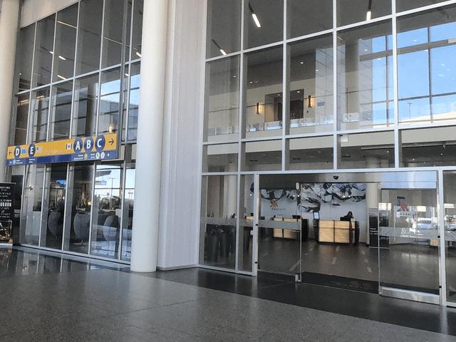 写真:「カルガリーエアポート・マリオット・インターミナルホテル」の入口