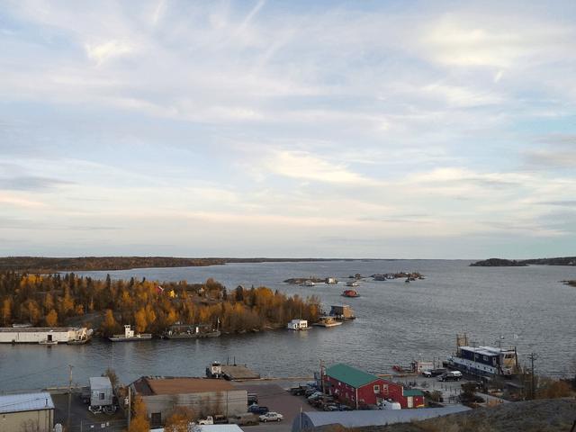 写真:秋のグレートスレーブ湖とジョリフ島(イエローナイフ・パイロットモニュメントから)