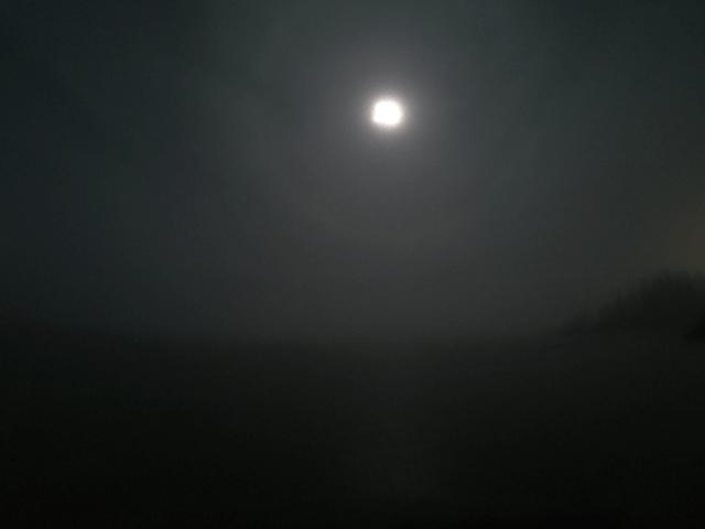 写真:霧に包まれたグレートスレーブ湖(イエローナイフのラッサム島から)