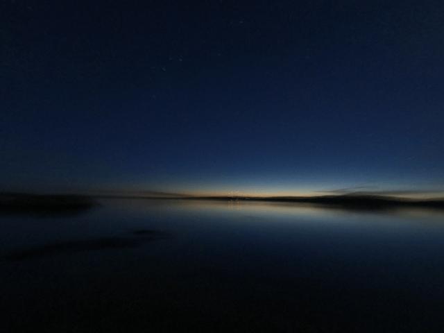 写真: 夜明け間近のイエローナイフ・グレートスレーブ湖