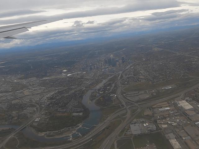 写真:飛行機から見たカルガリー都心部