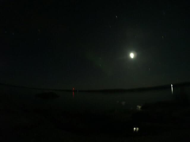 写真:イエローナイフのレベル1オーロラと月(グレートスレーブ湖のラッサム島から)