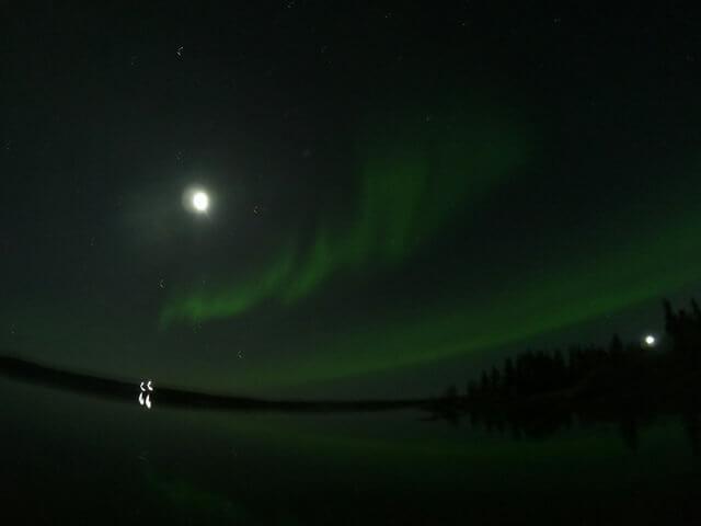 写真:イエローナイフ・グレートスレーブ湖の逆さオーロラ(レベル3~レベル4くらい)