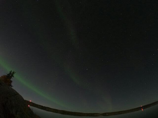 写真:一筋のオーロラと星空(イエローナイフ・ラッサム島から)