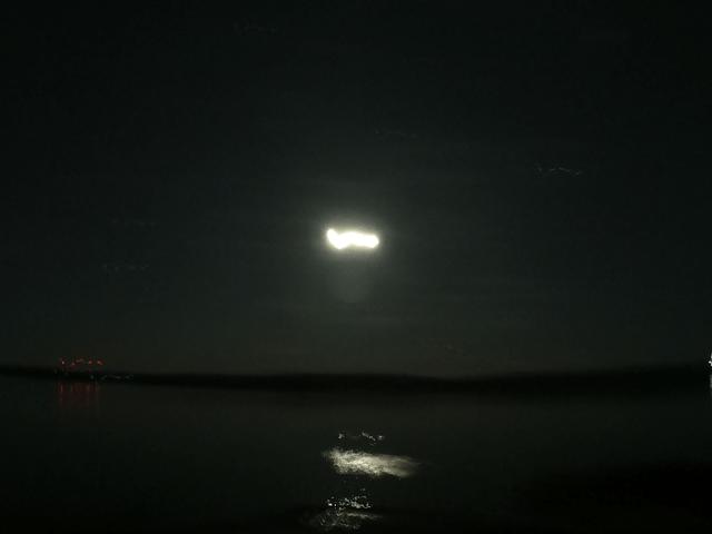 写真:月明かりのグレートスレーブ湖(イエローナイフ・ラッサム島から)