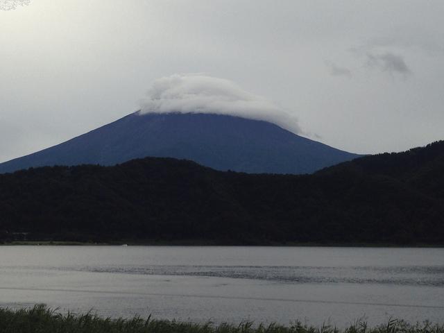 写真:河口湖畔から見た富士山(夏の曇りの日)