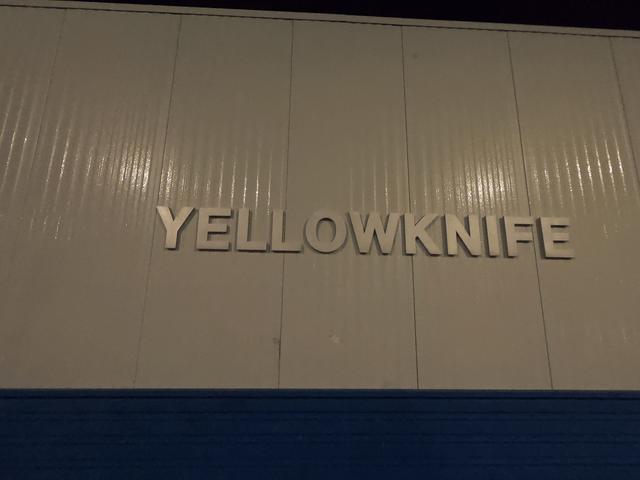 写真:イエローナイフ空港の壁にある「YELLOWKNIFE」の文字