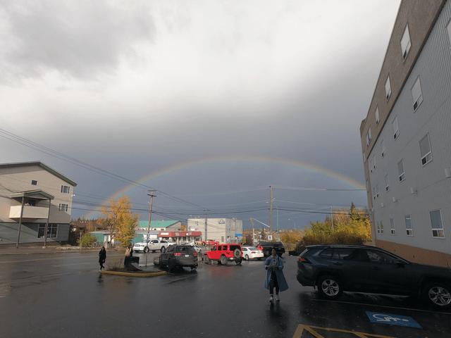 写真: イエローナイフの虹(ホテル「デイズイン・アンド・スイーツ」から)