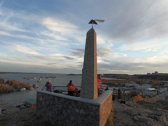 写真:イエローナイフ・パイロットモニュメントの石柱