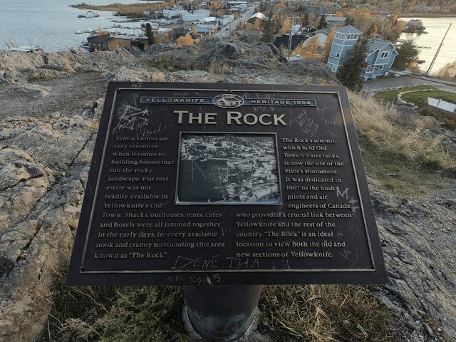 写真:イエローナイフ・パイロットモニュメント「ザ・ロック」の石碑