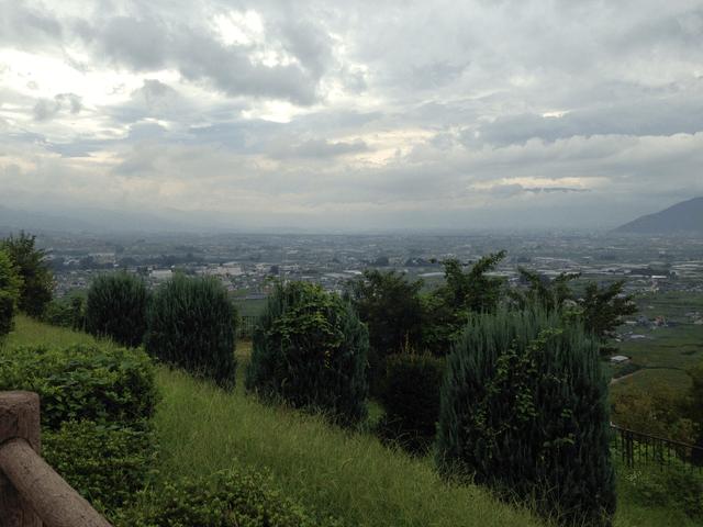 写真:山梨「ぶどうの丘」展望台からの眺め
