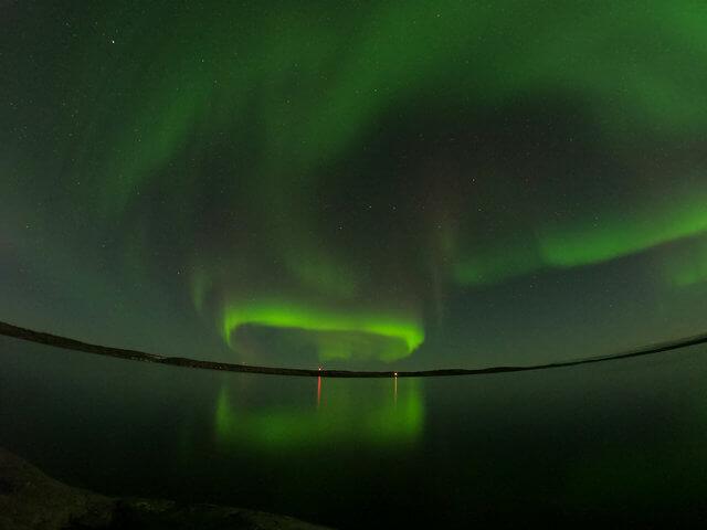 写真:イエローナイフの弧状オーロラ(グレートスレーブ湖のラッサム島から)