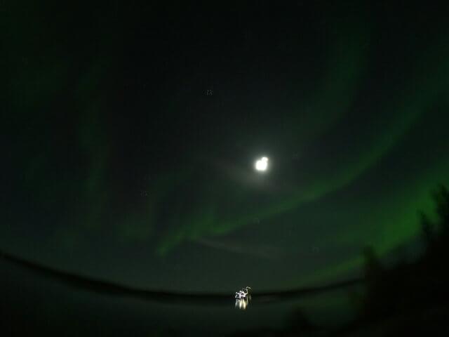 写真:イエローナイフのオーロラと月(グレートスレーブ湖のラッサム島から)