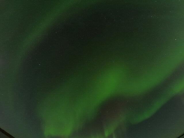 写真:イエローナイフのオーロラカーテン(グレートスレーブ湖のラッサム島から)