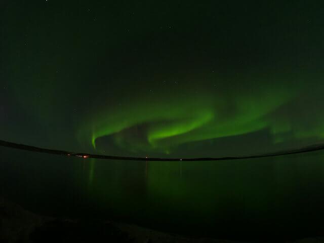 写真:イエローナイフのレベル5オーロラ(グレートスレーブ湖のラッサム島から)