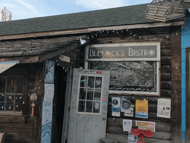 写真:イエローナイフのレストラン「BULLOCKS BISTRO」