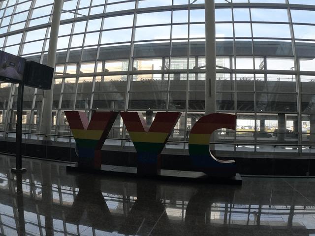写真:カルガリー空港内の 「YYC」文字像